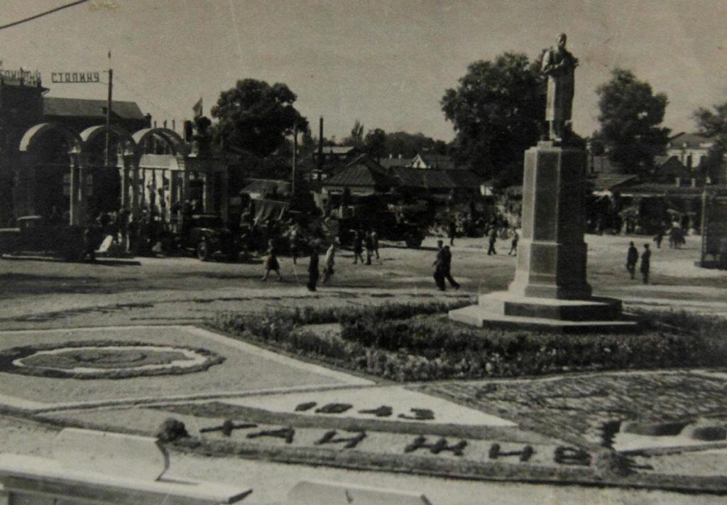 Пам'ятник Сталіну в Полтаві. 1951 рік. Фото з сайту histpol.pl.ua