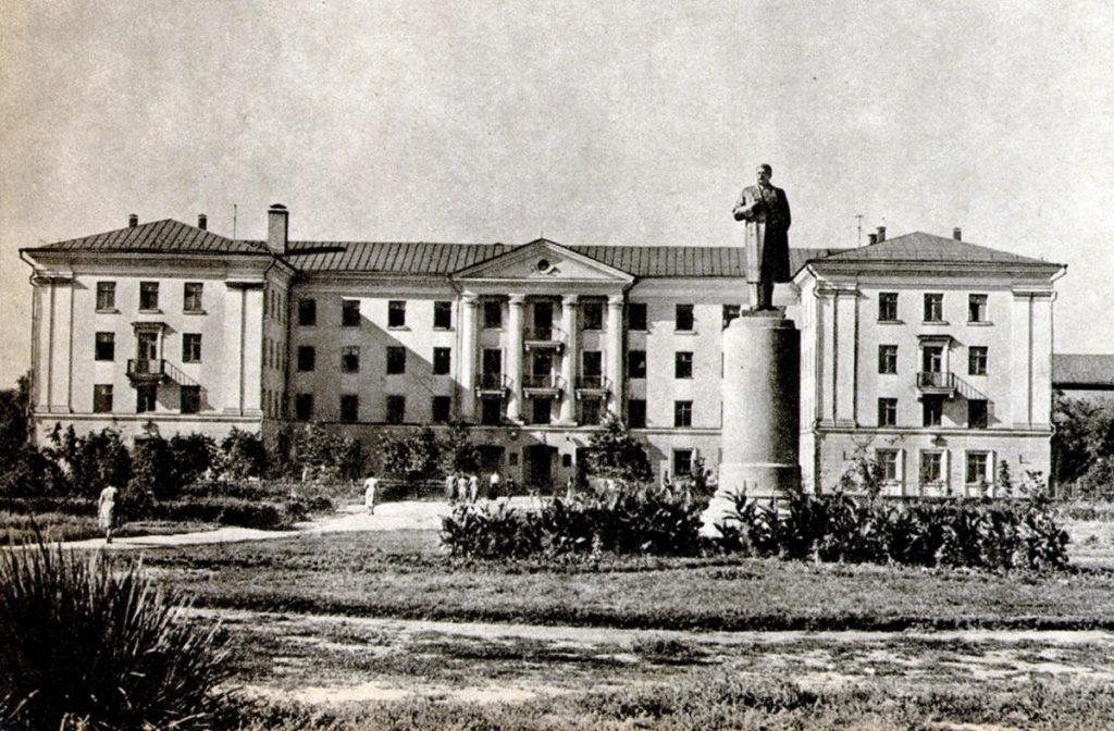 """Пам'ятник Сталіну після """"реконструкції"""". Фото з сайту histpol.pl.ua"""