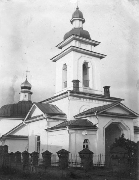 Спаська церква з дзвіницею.